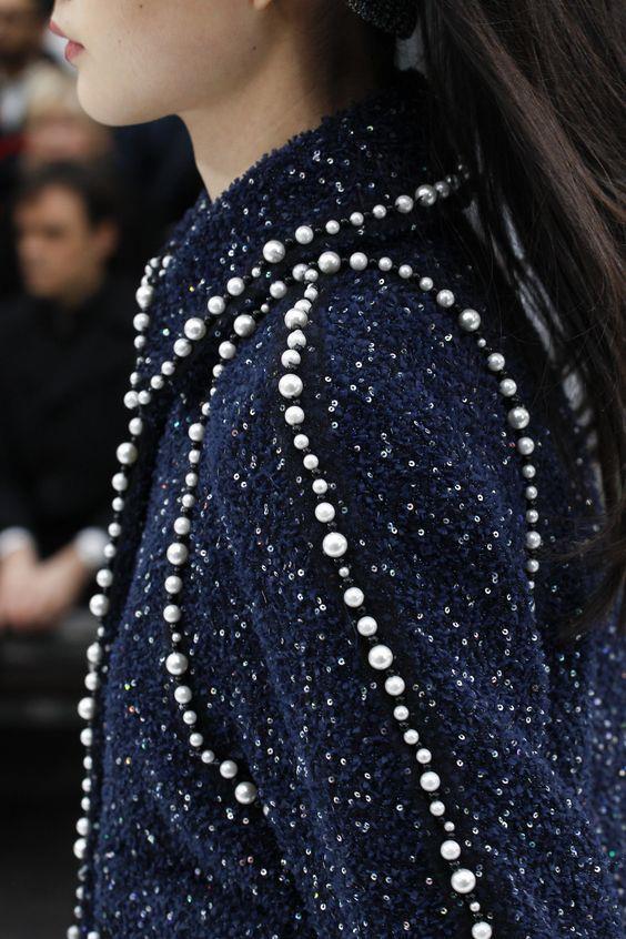 Ceketlerdeki Işıltı  Ceketleri de süslemeye başlayan inciler tasarımcılar tarafından çok tutuldu. Neredeyse her koleksiyonda görebileceğimiz inci detaylı ceketler moda severler tarafından ilgiyle takip ediliyor.