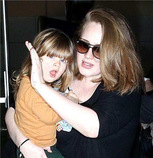 -Adele ve oğlu Angelo Adkins