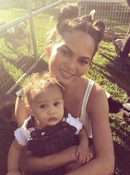 Chrissy Teigen ve kızı Luna