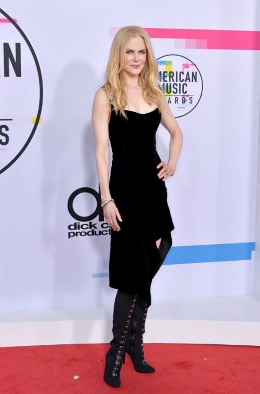 "Nicole Kidman  <a href=  http://mahmure.hurriyet.com.tr/foto/magazin/unlulerin-unutmak-istedigi-o-fotograflar_42222 style=""color:red; font:bold 11pt arial; text-decoration:none;""  target=""_blank"">  Ünlülerin Unutmak İstediği O Fotoğraflar"