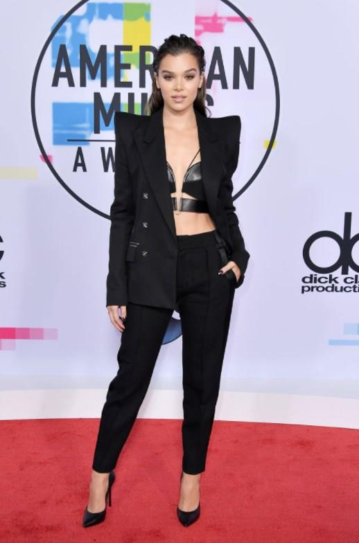 """Hailee Steinfeld   <a href=  http://mahmure.hurriyet.com.tr/foto/yasam/zengin-olma-hikayesiyle-gaza-getiren-5-film_42796/  style=""""color:red; font:bold 11pt arial; text-decoration:none;""""  target=""""_blank"""">  Zengin Olma Hikayesiyle Gaza Getiren 5 Film"""