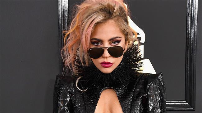 """Lady Gaga  Yılın Kadın Artisti Ödülü (Pop/Rock)    <a href=  http://mahmure.hurriyet.com.tr/foto/magazin/unlu-sinema-yildizlarinin-ilginc-dini-tercihleri_42772 style=""""color:red; font:bold 11pt arial; text-decoration:none;""""  target=""""_blank"""">  Ünlü Sinema Yıldızlarının İlginç Dini Tercihleri"""