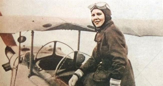 SABİHA GÖKÇEN  Kadınların bırakın uçak kullanmayı çorapsız dışarıya çıkamadıkları zamanda Kırım'da planörlük eğitimi alan Sabiha Gökçen, adını Türkiye tarihine 'Türkiye'nin ilk kadın pilotu', Dünya tarihine ise 'Dünyanın ilk kadın savaş uçağı pilotu' olarak yazdırdı. O dönemde kadınların neler başarabileceği üzerine öncülük yapmış Sabiha Gökçen şimdi bile ilhamını her Türk kadınının üzerine serper.