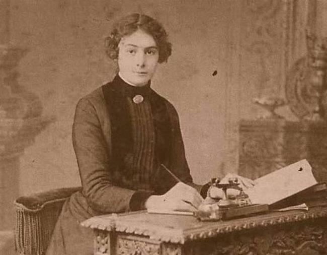 """SELMA RIZA FERACELİ  1897 yılında yayınlanan Uhuvvet isimli romanıyla Türk Edebiyatı'nda farklı bir yere sahip olan Selma Rıza, o dönemde kadın hakları üzerine ciddi uğraşlar vermiştir. Osmanlı kadınlarına özel okullar açılmasını talep etmiş ve uzun bir mücadele sonucunda Türkiye'nin ilk yatılı kız lisesinin açılmasını sağlamıştır. Toplumsal olaylar konusunda aşırı duyarlı yapısı ve bunu gazetelere taşımasıyla da 'İlk Türk kadın gazeteci' ünvanını almıştır.  <a href=  http://mahmure.hurriyet.com.tr/foto/magazin/unlulerin-unutmak-istedigi-o-fotograflar_42222 style=""""color:red; font:bold 11pt arial; text-decoration:none;""""  target=""""_blank"""">  Ünlülerin Unutmak İstediği O Fotoğraflar"""