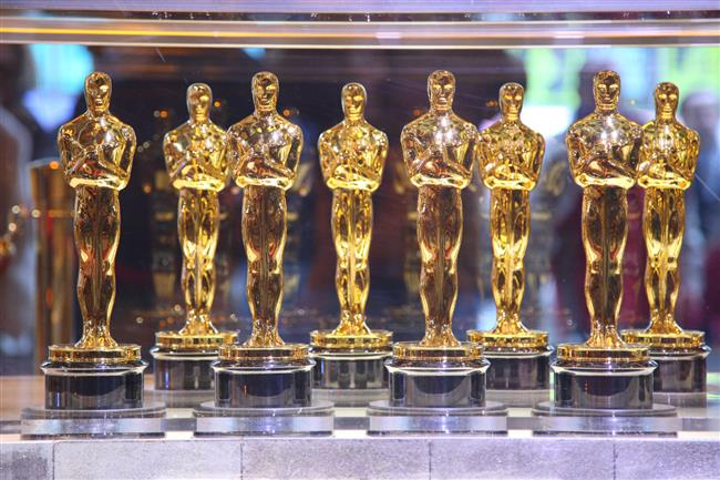 3-İNTERNETE SIZMA FURYASINDAN NASİBİNİ ALMAK  2008 yılının Oscar töreni yaklaşmış, heyecan dorukta ve herkes kimin kazanacağını büyük bir merakla bekliyor. İnternete durmadan bir şeylerin sızdığı bu dönemde Oscarlar da bu trendden nasibini alıyor ve tören öncesi ödül listesi internete sızıyor. 'Yok efendim liste sahne, durun sonu çok heyecanlı!' deseler de kazanan isimlerin birebir aynı olduğu tören sırasında açığa çıkıyor.