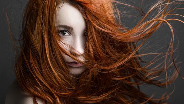 ARAMIZDA YAŞAYAN MUTANTLAR!  Kızıl saçın nedeni mutasyona uğramış MC1R geni ve bu gen taa neandertallere kadar uzanıyor. Eğer bu geni taşıyorsanız sizin kızıl olmanıza gerek yok. Çocuğunuzun kızıl olması %25 gibi büyük bir olasılığa sahip.