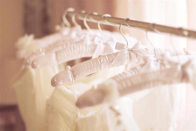 İyi askılar alın  Giymediğiniz süre boyunca elbiseleriniz askılarında bekler. Bu nedenle iyi askılar almak son derece önemlidir. Kıyafetinizin şeklini bozmayacak, hafif etli ama bir o kadar yumuşak, kaliteli askı kullanmak giysilerinizin ömrünü uzatır.