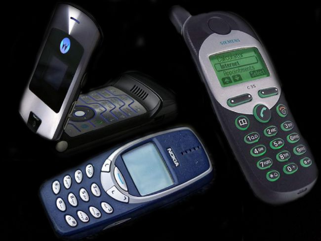 Gözlerimizi 15-20 yıl öncesine çeviriyoruz. Gün içerisinde SMS, kontör gibi kelimelerin dilimizden düşmediği, uygulama marketlerinin olmadığı, monofonik ve polofonik zil sesleriyle kendimizden geçtiğimiz yıllara gidiyoruz. O zaman biraz nostalji yapalım ve zamanın popüler cep telefonlarına bir saygı duruşunda bulunalım…  Kaynak Fotoğraflar:Hürriyet Arşiv