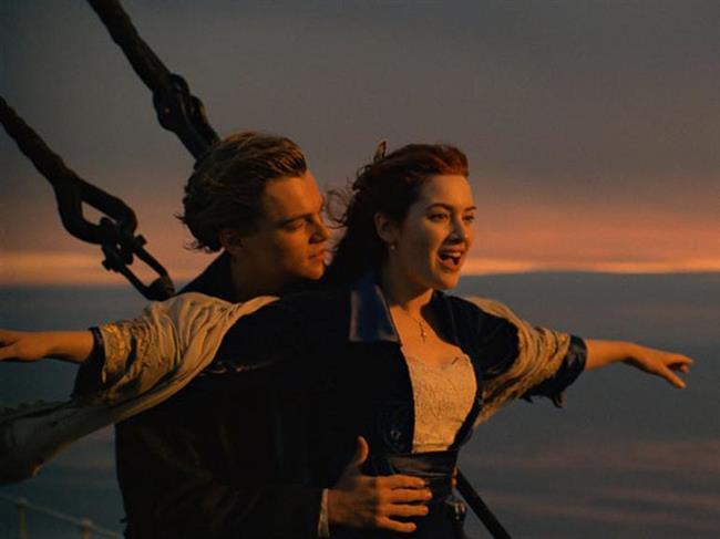TITANIC (1997)    Titanic tüm dünya tarihinin en önemli olaylarından biri. Ve bu gibi önemli olaylardan birini beyazperdeye hakkıyla aktarmak da oldukça zorlu bir iş. Ancak dev prodüksiyonuyla olayın tüm heyecanını bize aktarmayı başaran James Cameron yönetmenliğini yaptığı Titanic filmiyle bunun üstesinden rahatlıkla geldi. Üstelik böyle bir fekaletin arasından yıllarca unutulmayacak bir aşk hikayesi çıkarmayı başardı. Filmin kostümleri, Titanic'in birebir gerçekliği, gemi batarken bile çalmaya devam eden efsane orkestrasına kadar tarihsel bir çok gerçeği yansıtırken, Rose ve Jack'in hikayesiyle de kalplerimizi burmayı başardı Cameron. Bu nedenle film 14 dalda Oscar adayı oldu ve bunların 'En iyi film' dahil 11'ini almayı başardı.