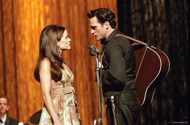 """WALK THE LINE (2005)    Country müziğin efsane ismi Johnny Cash'in bol çalkantılı hayatını inanılmaz bir şekilde perdeye yansıtan film oyuncu performanslarıyla da göz dolduruyor. Daima siyah bir takım elbiseyle sahneye çıkan, ünü gün geçtikçe yayılıp bir gün bir hapishanede sahneye çıkmasıyla ise herkesin gönlünü kazanan Cash dünyanın en şahsına münhasır insanlarından biridir. Sevgilisi ve daha sonra karısı olan June'la da hikayelerinin anlatıldığı film başarıya giden yolun zorlu ama bir o kadar tutkulu olduğunu çok iyi anlatıyor.  <a href=  http://mahmure.hurriyet.com.tr/foto/magazin/unlulerin-zayiflama-sirlari_42706 style=""""color:red; font:bold 11pt arial; text-decoration:none;""""  target=""""_blank"""">  Ünlülerin Zayıflama Sırları"""