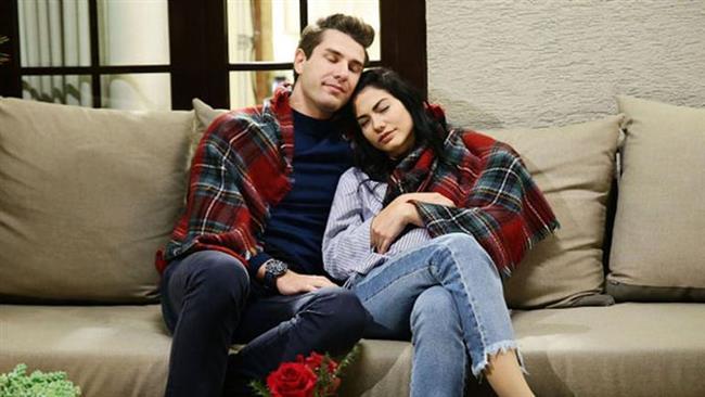 """NO 309 / LALE VE ONUR  Onur karakterinin dizinin ilk başlarındaki donuk tavırları çiftin karakterinin birbirine yakınlaşmasıyla bir nebze aşıldı. Garip bir şekilde iyi bir çift oldular. Erkeğin ağırbaşlılığını ve kadının pasif agresif karakterini bulduk kendilerinde sanki. Yakıştırıyoruz onları.  <a href=  http://mahmure.hurriyet.com.tr/foto/magazin/gercege-donen-set-asklari_42677 style=""""color:red; font:bold 11pt arial; text-decoration:none;""""  target=""""_blank"""">  Gerçeğe Dönen Set Aşkları"""