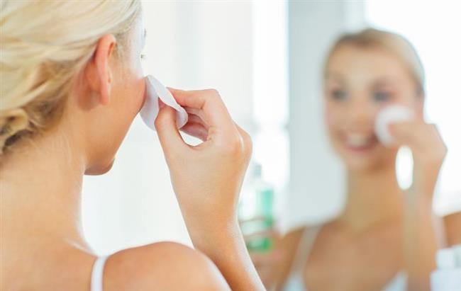 """Cilt temizliği  Daha sonra yaptığımız makyajdan, sürdüğümüz gündüz kremlerinden arınmamız gerek. Öncelikle yüzümüzde makyaj varsa bir makyaj temizleyicisi ile temizlemeli, su ile yıkamalıyız. Yıkarken sabun kullanmamaya dikkat etmeliyiz çünkü sabun cildimizi kurutur ve pH dengesini bozar. Son olarak, cildimize uygun olan bir nemlendirici krem uyguluyoruz. Unutmayalım ki cilt kendini uyku sırasında yeniler ve eğer cildimizi makyaj ve benzeri şeylerden arındırmadan uyursak yenileme işlemini gerçekleştiremez ve çabuk yaşlanır.  <a href=  http://mahmure.hurriyet.com.tr/foto/magazin/dunya-liderlerinin-makyaj-ve-bakim-masraflari_42662 style=""""color:red; font:bold 11pt arial; text-decoration:none;""""  target=""""_blank"""">  Dünya Liderlerinin Makyaj Ve Bakım Masrafları!"""