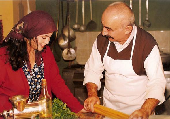 """İkinci Bahar   Türk sinemanın iki dev ismi Türkan Şoray ve Şener Şen'i bir araya getiren dizi 1998 ve 2001 yılları arasında insanları TV karşısına esir etmiştir. Samatya'da geçen dizinin final bölümü 'sokaklar boşaldı' efsanesinin gerçeğe dönüşüdür. Bu bölüm15 milyona yakın izleyici tarafından izlendi ve bu ilgi daha sonra uzun süre tartışma programlarında konu oldu.  <a href=  http://mahmure.hurriyet.com.tr/foto/magazin/unlu-sinema-yildizlarinin-ilginc-dini-tercihleri_42772 style=""""color:red; font:bold 11pt arial; text-decoration:none;""""  target=""""_blank"""">  Ünlü Sinema Yıldızlarının İlginç Dini Tercihleri"""