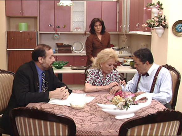 Kuruntu Ailesi   1983 yılında yayınlanmaya başlayan, Türk televizyonlarını ilk sit-com dizisi olan Kuruntu ailesi, Kaynanalar'a göre daha şehirli bir aileyi anlatıyordu. Dizi 2002 yılına kadar yayınlanarak bir klasik haline gelmiştir.