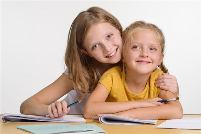 DERSLERİNDE YARDIM İSTEDİĞİ AN   Okul çok yorucu ve sıkıcı bir şey ancak siz ondan daha önde olduğunuzdan kendi ödevlerinizin yanında bir de onun ödevlerine yardım etmeniz sizin göreviniz. Bu durum sizi hem sıkıyor hem de gururunuzu okşuyor. Hele bir de çalıştırdığınız sınavdan iyi bir not aldıysa, kimse değmesin bu ablanın keyfine!