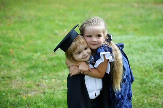 MEZUN OLDUĞU O GÜN   Bir abla kardeşinin mezuniyetine en az annesi babası kadar sevinebilir. Sanki o büyütmüş, yedirmiş içirmiş gibi hisseder ve kardeşinin bu başarısı onun göğsünü kabartır. Arada çalıştırdığı dersler işe yaramıştır ve o şimdi başarılı biri olmak için ilk adımını atmıştır. Bir ablanın en gururlu günlerinden biridir bu gün.