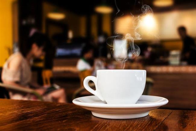 """BULUNDUĞUNUZ ORTAMI DEĞİŞTİRİN  Kafanızda kötü bir gün yaşadığınızı ve bunun böyle devam edeceğini döndürüp canınızı daha da sıkacağınıza kısa bir mola verin. Elinizde hangi işiniz varsa hemen orada bırakıp en yakın kafeye gidip bir kahve ya da çay arası verin. Geri döndüğünüzde tüm karamsarlığın dağılmış olduğunu farkedeceksiniz.  <a href=  http://mahmure.hurriyet.com.tr/foto/yasam/her-kadinin-kitapliginda-olmasi-gereken-kitaplar_42667/  style=""""color:red; font:bold 11pt arial; text-decoration:none;""""  target=""""_blank"""">  Her Kadının Okuması Gereken Kitaplar"""