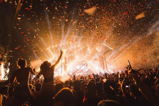 Müzik dinlemek güzeldir; ama müziği festivalde dinlemek daha güzeldir. Dünyanın en iyi müzik festivalleri ise, ölmeden önce mutlaka gitmeniz gereken cinsten. Bu festivallerde festival için çeşitli etkinlikler, görsel şovlar, müzik şölenleri, farklı insanlarla tanışma fırsatı ve dahası var. Festival bitiminde eve geri dönerken, bir sonraki senenin biletlerini araştıracaksınız! İşte ölmeden önce mutlaka gitmeniz gereken, eğlencenin kalbinin attığı, dünyanın en görkemli müzik festivalleri.  Kaynak Fotoğraflar:Hürriyet Arşiv