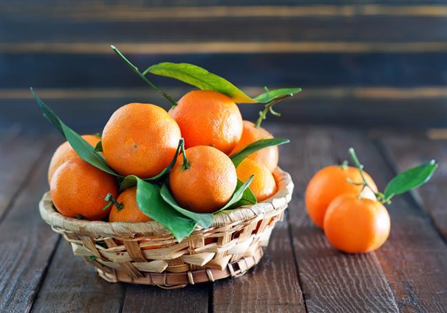 """Sarı besinler  Göz sağlığına yararlı olan sarı renkli besinler aynı zamanda metabolizmayı hızlandırmada ve bağışıklık sistemini güçlendirmede de rol oynuyor. Karotenoid pigmenti yönünden zengin olan bu besinler mandalina, havuç, malta eriği, portakal, limon, kayısı ve kavun olarak sıralanabilir.  <a href=  http://mahmure.hurriyet.com.tr/foto/saglik/mandalina-kabugu-ve-inanilmaz-faydalari_42747 style=""""color:red; font:bold 11pt arial; text-decoration:none;""""  target=""""_blank"""">  Mandalina Kabuğunu Sakın Çöpe Atmayın!"""