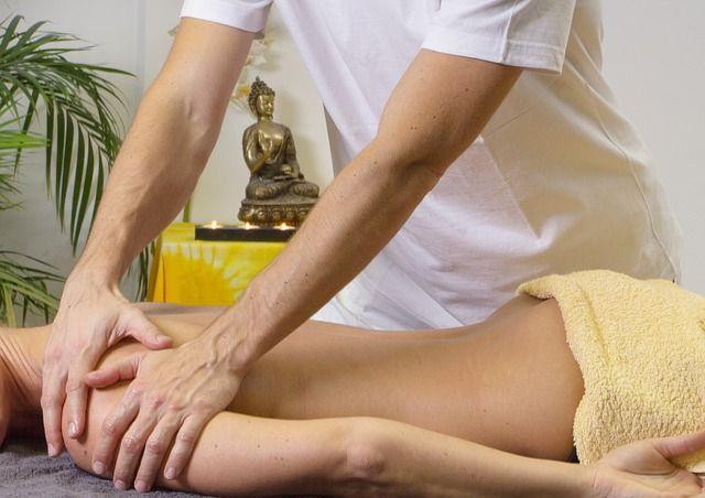 Masaj uygulama teknikleri  Sıvazlama hareketi ile başlayacağınız masajda vücut ısısını ve kan akışını harekete geçirerek vücudu masaja hazırlamış olursunuz. Daha sonra yoğurma hareketi ile masajın ikinci bölümüne geçerek kasların yumuşaması sağlanır. Darbeleme denilen üçüncü aşamada ise kan dolaşımı iyice hızlanır ve toksinlerin vücuttan atılması hedeflenir. Titreşim hareketi ise kasları sakinleştirmek ve dinlendirmek adına yapılan son hamledir.