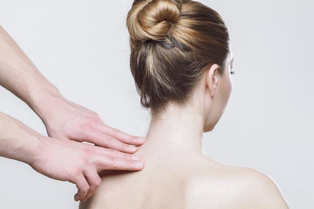 Boyun masajı  Vücudun en hassas bölgeleri arasında bulunan boyun bölgesine hafif dokunuşlarla masaj yaparak sevgilinizi etkileyebilirsiniz. Sevgilinizin boynuna parmaklarınızla daireler çizerek masaj yapın. İki parmağınızın arasına alacağınız boyun kaslarını hafifçe sıkarak bırakın.