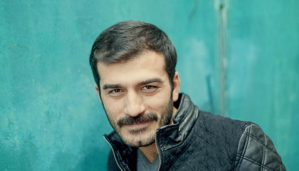 Hayatında kamera bile görmeyen, mahallenin 'bıçkın' delikanlısı uzun uzun düşündü ve sonunda rolü kabul etti. Babası başlarda onun oyuncu olmasını istemese de sonunda Demirkubuz onu da ikna etti.   Böylece Ufuk Bayraktar Zeki Demirkubuz'un yönettiği Bekleme Odası'yla kariyerine başladı. Sonra yine Demirkubuz'un Kader filminde bu kez başrolü oynadı. Ardından da Semih Kaplanoğlu'nun Yumurta filminde rol aldı.