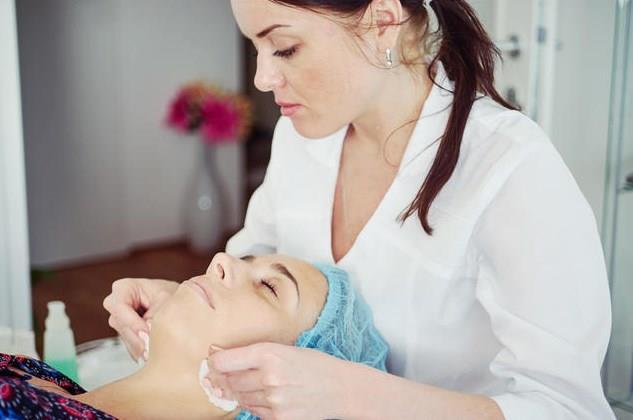 """3.Pürüzsüz ve çekici bir cilt için ölü hücreleri cildinizden uzaklaştırın…  Cilt yüzeyindeki ölü cilt hücreleri meyve asitleri içeren (glikolik, ait, retinoik asit, salisilik asit gibi) ve cilt tipine göre tercih edilen temizleme jelleri, kremler ve maskelerle uzaklaştırılabilir. Bu kimyasal peeling işlemi tercihen hızlı ve daha etkili olacak şekilde muayenehane ortamında bu asitlerin daha etkin dozları kullanılarak seanslar şeklinde uzmanlar tarafından uygulanabilir.   Kimyasal peeling düzenli yapılan ciltler daha sağlıklı ve canlı kaldığı için diğer cilt gençleştirme işlemlerine çok ihtiyaç duymazlar.    <a href=  http://mahmure.hurriyet.com.tr/guzellik/kisisel-bakim/kis-aylarinda-cilt-bakiminin-puf-noktalari_1112669/  style=""""color:red; font:bold 11pt arial; text-decoration:none;""""  target=""""_blank"""">  Kış Aylarında Cilt Bakımının Püf Noktaları"""