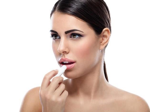 5.Çatlayan dudaklara bakım  Dudaklarda soğuk havaların başlamasıyla birlikte cildimiz gibi nem dengesini sağlayamayarak kurur. Kuruyan dudaklar çatlayıp, kanayabilir bu da dudakta acı ve gerginlik hissi yaratır. Dudaklarımızı da koruyucu nemlendirici kremlerle koruyabiliriz ve dışarı çıkarken dudaklara güneş koruyucu içeren nemlendiriciler kullanmak gereklidir.   Yine dudakların kuruluğu nemlendiricilerle sağlanamıyorsa cilde yapılan nem aşısı gibi dudağa da nem aşısı uygulaması yapılabilir.
