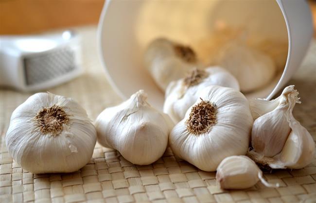Sarımsak, en yaygın kullanılan şifalı bitkilerden birisidir. Peki, sarımsağın faydaları nelerdir? Sütle tüketildiğinde ne olur? Sarımsak nasıl tüketilmelidir?   Uzman Diyetisyen Şebnem Kandıralı Yıldırım, sarımsağın en doğru kullanımını ve faydalarını anlattı...  Kaynak Fotoğraflar: Google Yeniden Kullanım