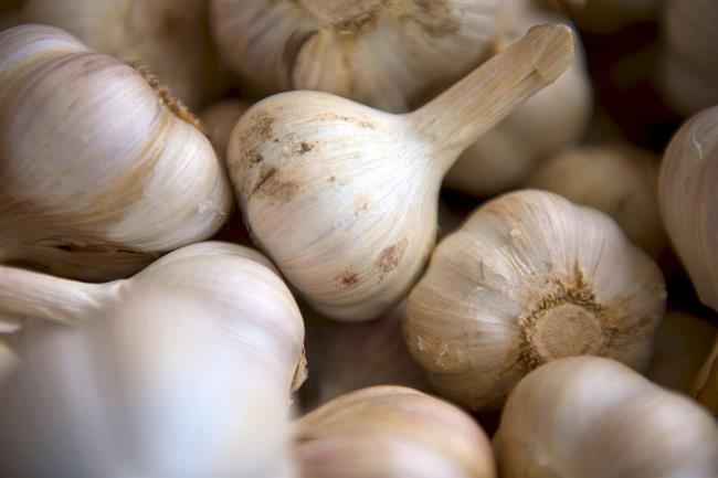 KAN ŞEKERİNİ DÜŞÜRÜR  Klinik bir çalışmada, Metformin ve sarımsak özü alan hastalarda tek başına metformin alanlara göre daha iyi bir glisemik kontrol sağlanmış. Ayrıca sarımsak alan grupta düşük trigliserid ve total kolesterol seviyeleri varmış.