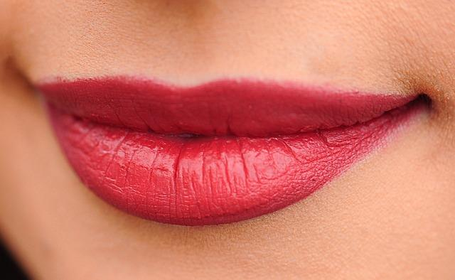 """Koyu Renkli Dudakların Rengini Açar  Dudaklarda oluşan ölü hücrelerin giderilmesinde kullanılan aloe vera bitkisi dudaklarınıza yumuşak ve esnek bir yapı da kazandıracaktır.   <a href=  http://mahmure.hurriyet.com.tr/foto/saglik/7-maddede-saglik-efsaneleri_42614/  style=""""color:red; font:bold 11pt arial; text-decoration:none;""""  target=""""_blank"""">  7 Maddede Sağlık Efsaneleri"""