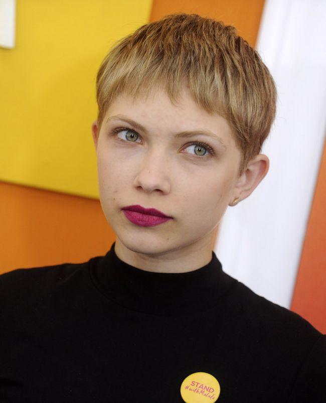 Pixie Kesim Saç Modeli  Modern kentli bir stili saçlarınıza yansıtırken yüzünüzün yuvarlak görünümünden odağı kaydırabilirsiniz. Bunun için en ideal saç modelleri genellikle pixie kesim saçlar.