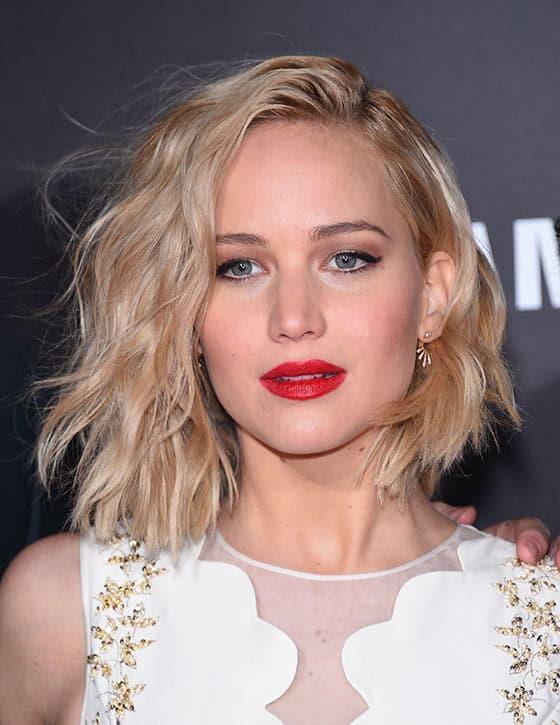 """Kabarık Bob Modeli  Eğer oval bir yüze sahipseniz mutlaka Jennifer Lawrance'ı yakından takip etmenizi öneririm. Oval bir yüze sahip olmasına rağmen yaptığı makyaj ve tercih ettiği saç modelleri ile bunu çoğu zaman avantaja çevirebiliyor. Gözlerinin yanlarına düşen bu kabarık bob saç modeli de onun yüzünün oval görünümünü ortadan kaldırıyor.  <a href=  http://mahmure.hurriyet.com.tr/foto/magazin/dunya-liderlerinin-makyaj-ve-bakim-masraflari_42662 style=""""color:red; font:bold 11pt arial; text-decoration:none;""""  target=""""_blank"""">  Dünya Liderlerinin Makyaj Ve Bakım Masrafları!"""