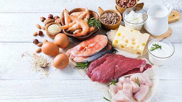 """A VİTAMİNİ  A vitamini, antioksidan olarak oldukça önemli bir vitamindir. Hayvansal ve bitkisel olarak vücuda alınabilir. A vitamininin kemik gelişiminden bağışıklık sisteminin güçlenmesine kadar birçok faydası vardır.   Bu faydalardan kısa bahsetmek gerekirse, kemik gelişimi üzerinde etkilidir, bağışıklık sistemini güçlendirir, üreme ve gelişmeyi arttırır, hücre fonksiyonlarının düzeltilmesine yardımcı olur, diş ve diş eti sağlığı için önemlidir, saç ve deri oluşumuna; mide, karaciğer ve üriner sistemin korunmasına yardımcı olur, D vitaminini etkinleştirir, göz sağlığını iyileştirir.  A vitamini içeren hayvansal gıdalar:  Ciğer, süt, koyun eti, tavuk eti, yumurta, ton balığı, somon, yoğurt, peynir, karides... A vitamini içeren bitkisel gıdalar:  Brokoli, maydanoz, havuç, nane, patates, ıspanak, bezelye, marul, greyfurt, kavun, domates...    <a href=  http://mahmure.hurriyet.com.tr/foto/saglik/besinlerdeki-vitamin-kayiplarini-engelleme-yollari_42600/  style=""""color:red; font:bold 11pt arial; text-decoration:none;""""  target=""""_blank""""> Besinlerdeki Vitamin Kayıplarını Engelleme Yolları"""