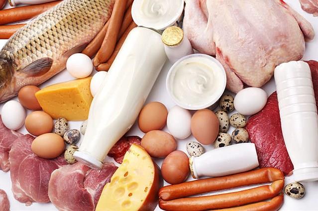 Hepimiz sağlıklı bir yaşam sürmek isteriz. Ve bunun için sağlıklı beslenmeye çalışırız. Besinlerden aldığımız birçok vitamin, vücudumuzdaki birçok faaliyeti başlatır ve sürdürür. Yani aslında vitaminler olmadan, sağlıklı bir yaşamdan bahsetmek imkânsızdır.   Peki, günlük ihtiyacımız olan ve bizim için hayati öneme sahip vitaminler hangileridir?    İşte her gün almanız gereken 5 çok önemli vitamin.  Kaynak fotoğraflar: Doğan Burda
