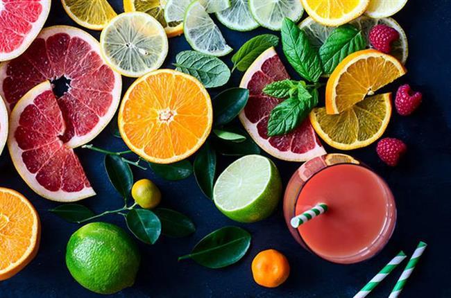 C VİTAMİNİ  C vitamini insan vücudunun en çok ihtiyaç duyduğu vitaminlerden biridir. Vücudumuza olan faydalarından bahsetmek gerekirse; kansere karşı koruyucudur, ameliyat sonrası iyileşme sürecini hızlandırır, yaraları, yanıkları iyileştirir. Damarlardaki kan pıhtılaşmasını düşürür. Bakteriyel enfeksiyonların önlenmesinde ve bağışıklık sisteminin güçlenmesinde etkilidir.  C vitamini içeren gıdalar:  Portakal, mandalina, greyfurt, limon... Maydanoz, kabak, karnabahar, domates, ıspanak, yeşilbiber... Kuşburnu, frenk üzümü, çilek, misket limonu...
