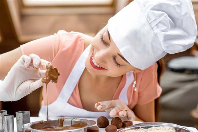 7-Evde çikolata yapın  İşte mükemmel bir uğraş daha! Çikolata yemek beynimizde mutluluk hormonu salgılamamıza yardımcı olur. Ev yapımı sıcak çikolata yapabilirsiniz.  Hem damaklarınız şenlenir hem de mutlu olursunuz.