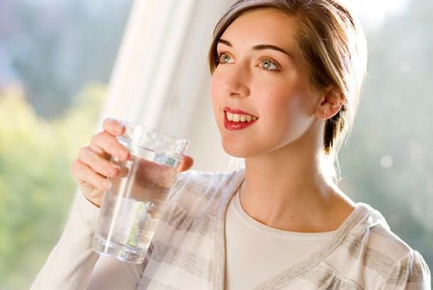 İnsan vücudu, yeteri kadar su alınmadığında bahsettiğimiz fonksiyonlarını yerine getiremez ve bu da çok ciddi rahatsızlıklara sebebiyet verebilir. Ama buraya gelmeden önce, bu akıllı mekanizma, aslında susuz kaldığını bize haber vermek için pek çok işaret veriyor.   İşte susuz kalmanıza sebep olan 6 işaret…  Kaynak: Doğan Burda