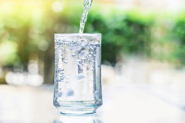 1-İdrar rengi  Yeteri kadar su içmediğinizde, vücudunuz susuz kalır ve bunun en net belirtisi de koyu sarı renkteki idrardır. Çünkü vücut susuz kaldığında kan basıncı düşer ve dokular kurur; böbrekler harekete geçer ve idrarı yoğunlaştırarak ya da idrar üretimini durdurarak kendisini korumak ister.