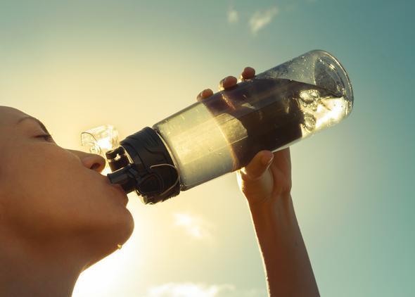 2-Ağız kuruluğu  Susuz kaldığınızda ağzınız kurumaya başlar ve diliniz şişer. Bu belirtiyi fark ettiğiniz anda bol bol su içmeye başlamalısınız. Çünkü ağız kuruluğu, susuz kalan bir vücudun ilk belirtilerindendir. Ancak yeterince su içtiğiniz halde bu belirtiyi yaşıyorsanız; mutlaka bir hekime başvurmalısınız.