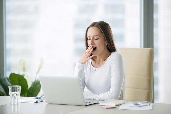 6-Baş dönmesi, yorgunluk  Vücudunuz susuz kaldığında, kendinizi güçsüz ve sersemlemiş hissedersiniz. Çünkü susuz kalan vücutta, kan miktarı ve basıncı düşler. Bu da başınızın dönmesine ya da yorgun hissetmenize neden olur. Hızlı bir şekilde ayağa kalktığınızda yaşadığınız ani baş dönmesi, vücudunuzun susuzluğa karşı verdiği bir alarmdır.   Yeterince su tükettiğinizi düşünüyor ancak bu belirtileri yaşıyorsanız; mutlaka bir hekime başvurmanız gerektiğini unutmayın.