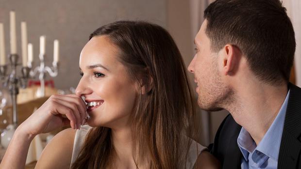 'Beni seni arkadaş olarak görüyorum' fikrini tamamıyla tersine çevirin  Çoğu erkek yakınında bulunan arkadaşlarının ondan hiçbir zaman hoşlanmayacağını düşünüyor. Fakat belki de bu durum, ilk adımı atamamasından kaynaklıdır. Ve senin flört isteğinin farkında bile değildir.