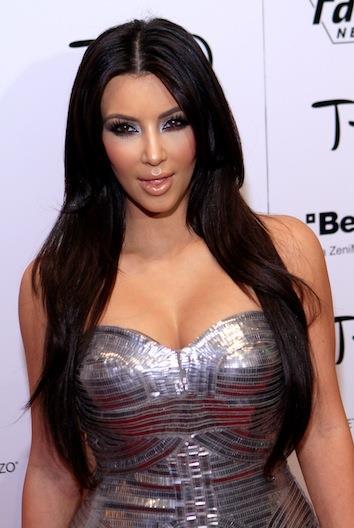 Cinayetten sonraki sabah, Robert Kardashian Simpson'un evindeki tüm cinayet delilerini ortadan kaldırdı. Polis eve geldiğinde cinayete dair tek bir delil bile bulamamıştı. Uzun uğraşlar sonunda ünlü avukat, bu utandıran dava ile ününe ün kattı ve katil Simpson'un ağır hapis cezası almadan davasının sona ermesini sağladı. Amerikalılar, Kardashian adını ilk kez bu şekilde duymuş oldu.
