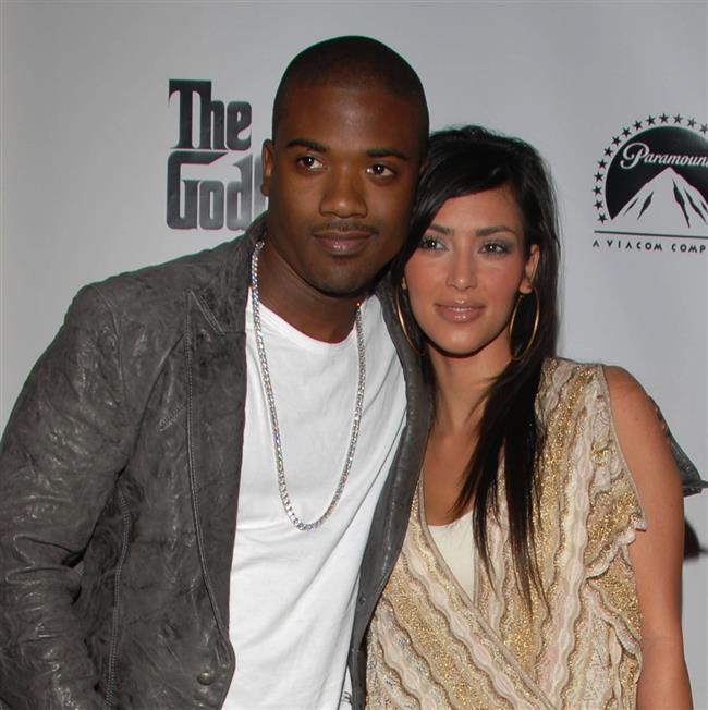 """Kim'in şöhretinin başlangıcı olan video  2007 yılında Kim ve ünlü R & B şarkıcısı sevgilisi Ray J'nin seks kasedi basına sızdırıldı. Kim ve sevgilisi ise kasedin basına sızdırıldığını iddia etmelerine rağmen, 5 milyon dolarlık bir anlaşma imzalayarak kasedi bir şirkete sattılar. Böylece Kim Kardashian, hayal ettiği üne yavaş yavaş kavuşacaktı.  <a href=  http://mahmure.hurriyet.com.tr/foto/magazin/unlulerin-en-gizli-itiraflari_40228 style=""""color:red; font:bold 11pt arial; text-decoration:none;""""  target=""""_blank"""">  Ünlülerin En Gizli İtirafları"""