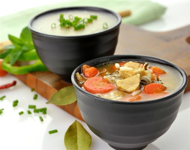 Türk mutfağının vazgeçilmez lezzeti çorbalar, özellikle havaların soğumasıyla birlikte sofralarımızın baş tacı oluyor. Et, sebze ve baklagiller ile hazırlanabildiği için her damak tadına hitap eden çorbalar hem sofradan daha mutlu kalkmamızı sağlıyor hem de kışın azalmaya başlayan sıvı alımını artırıyor.   Öğünlerde mutlaka çorbaya yer verilmesi gerektiğini söyleyen Diyetisyen Canan Aksoy, bu sayede kilo kontrolünün çok daha rahat bir şekilde gerçekleştirilebileceğine dikkat çekiyor.  Kaynak fotoğraflar: Pixabay, Alamy, Ingımage