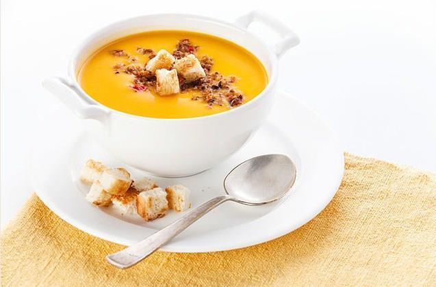 Soğuk havaların kendini iyiden iyiye hissettirmesiyle birlikte, çorba çeşitleri mis gibi kokularıyla sofralarımızdaki yerini aldı. Türk mutfağının en önemli lezzetlerinden biri olan çorbalar, iştah ve kilo kontrolü ile doygunluğa büyük fayda sağlıyor. Hatta kışın içilen sıcak bir çorba, duygusal olarak daha mutlu olmamıza dahi yardımcı oluyor.  Özellikle kış aylarında çorbayı sofralarımızdan eksik etmemeliyiz. Aksoy, kışın çorba içmek için yedi nedeni sıraladı ve düşük kalorili lezzetli çorba tarifleri verdi…