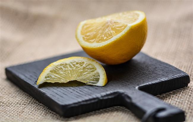 Limon   Yarım bir limonu yatmadan önce yüzünüze ovarak uygulayın. Durulamadan gece boyunca ciltte kalan limon aknelerin kurumasını sağlayacaktır.