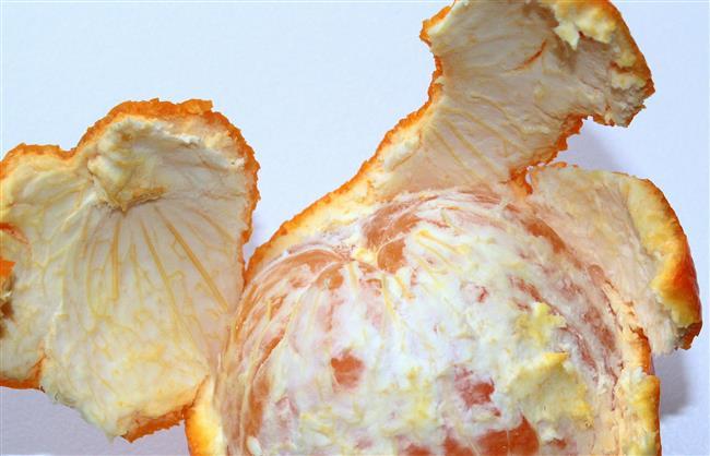 Portakal Kabuğu   Bir portakalın kabuklarını güneşte kurutun. Kurumuş portakal kabuklarını toz haline gelene kadar rendeleyin. Su ekleyerek kıvam alana kadar karıştırın. Karışım uygulandıktan 15 dakika sonra ılık su ile durulanabilir.