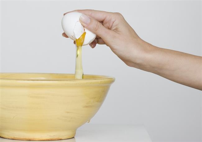 Yumurta Beyazı   Sivilcelerin üzerine yumurta beyazını sürün ve 20 – 25 dakika kadar bunu yüzünüzde bekletin. Soğuk suyla durulayacağınız yumurta beyazı, sivilcelerden en hızlı şekilde kurtulma yöntemlerinden biridir.