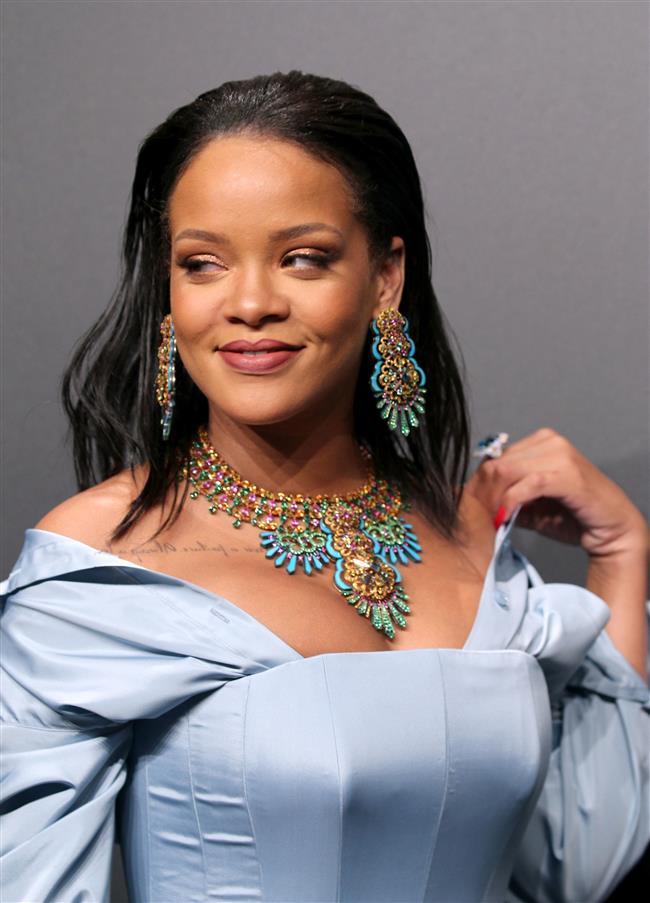 Dünya Genelinde En Çok Dinlenen Kadın Sanatçılar  Rihanna, 2017'de de en çok dinlenen kadın sanatçı oldu. 3 kez üst üste bu ünvanı alan ünlü şarkıcı saltanatını sürdürmeye hız kesmeden devam ediyor.